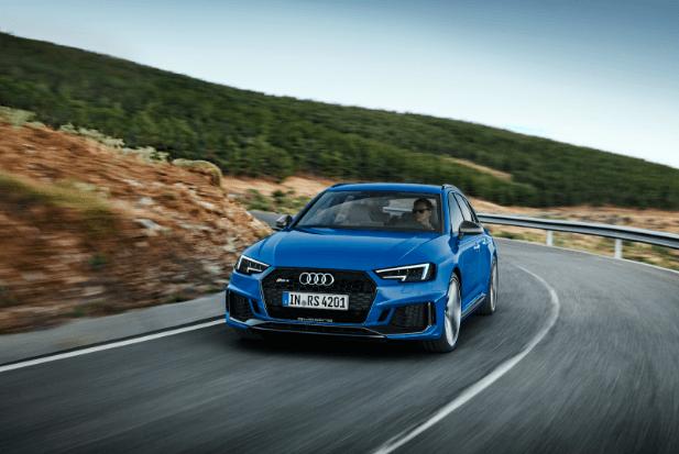Audi RS4 op de bergweg